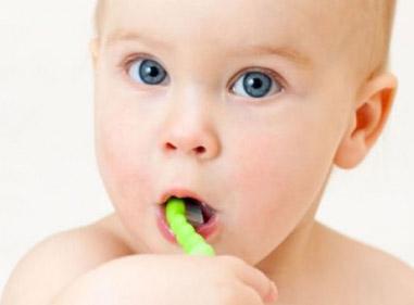 dziecko myje zeby